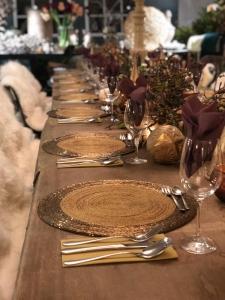 Weihnachtsfeier, Holztafel, gemütliche Felle dekorierter Tafel